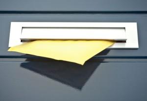 Een brievenbus in de deur plaatsen